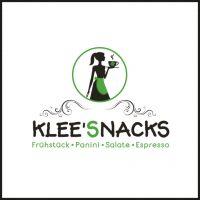 Das Logo der Firma Klee'Snacks, Partner von aloove. Ein weißer Kreis mit grüner Umrandung, in dem die Silhouette einer Frau mit einer Kaffeetasse in der Hand zu sehen ist. Die Frau ist schwarz und trägt eine grüne Schürze. Das vierblättrige Kleeblatt auf der dampfenden Tasse ist ebenfalls grün. Darunter sind geschwungene Ornamente zu sehen, bevor der Firmenname in schwarz und grün zu sehen ist. Darunter befindet sich ein Subtitle mit Aufzählungen in grün.