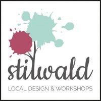 Das Logo der Firma Stilwald, Partner von aloove. Zu sehen ist der Schriftzug Stilwald in grau. Das erste L im Wort ist nach oben geschwungen wie ein Baumstamm mit Ästen. An den Ästen befindet sich eine roter und ein türkisfarbener Klecks. Unter dem Logo steht ein Subtitle, ebenfalls in grau.