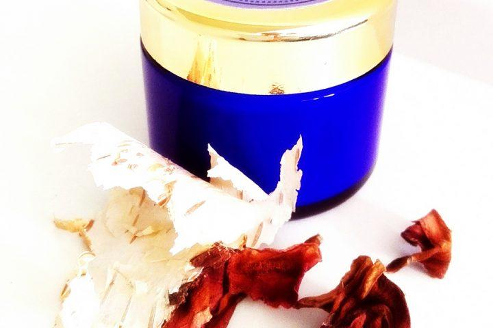 Blauer Tigel mit goldenem Deckel, mit Inhalt aus dem Naturkosmetik Workshop. Einfach Kosmetik selber machen.