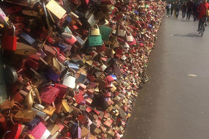 Liebesschlösser auf der Hohenzollernbrücke. Die Schlösser sind Stadtauswärts fotografiert und befinden sich auf der linken Seite. Aufgenommen für einen Heiratsantrag.