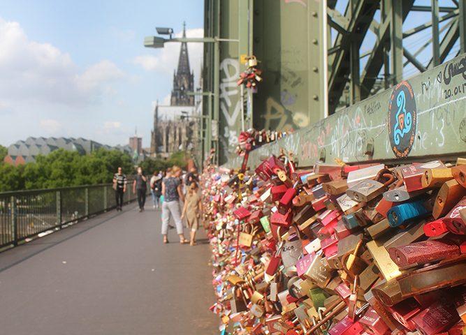 Liebesschlösser auf der Hohenzollernbrücke. Während der Stadtführung Köln fotografiert. Der Dom ist im Hintergrund zu sehen.