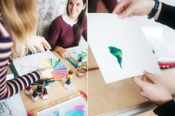 Zwei Bilder als Collage. Links hält eine Frau, die von hinten zu sehen ist, einen Farbfächer in der Hand. Sie zeigt ihn einer Frau, die eine grüne Weltkarte malt und an einem Tisch mit Utensilien sitzt. Bild aus dem Malkurs.