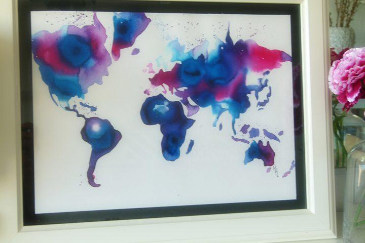 Gerahmte Weltkarte. Gemalt in den Farben Dunkelblau, Hellblau und Rot. Erstellt im Malkurs.