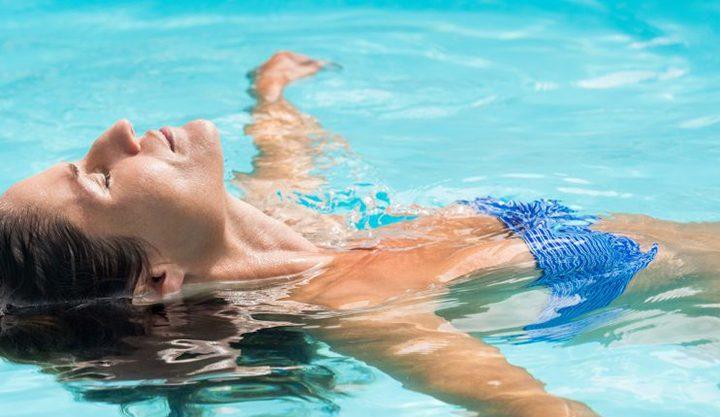 Eine Frau liegt auf dem Rücken im Wasser. Bild für Floating Köln.