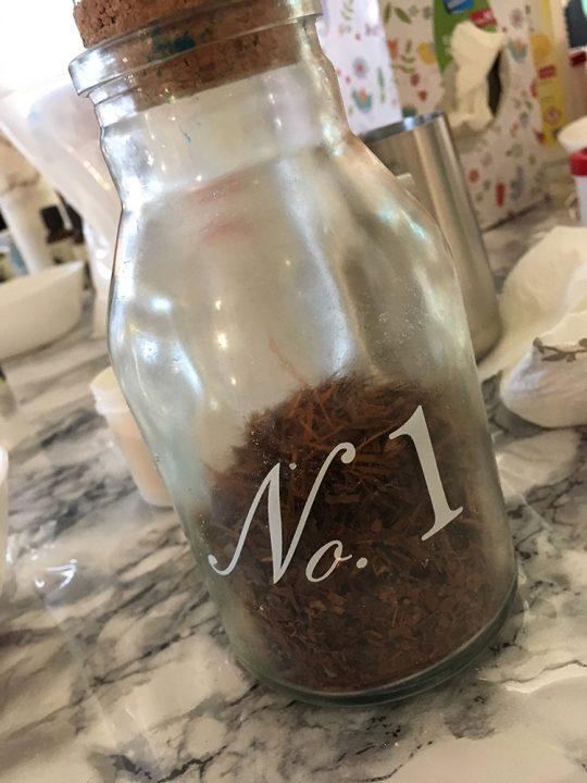 Glasgefäß mit losem Tee
