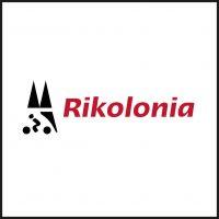 Logo der Firma Rikolonia, Partner von aloove. Auf der linken Seite sind in schwarz die beiden Spitzen des Kölner Doms als Dreiecke dargestellt. Direkt darunter befindet sich ein Fahrradfahrer mit einem schwarzen Dreieck hinter sich. Er fährt nach links und ist als Silhouette abgebildet. Rechts, mittig daneben steht das Wort Rikolonia in rot.