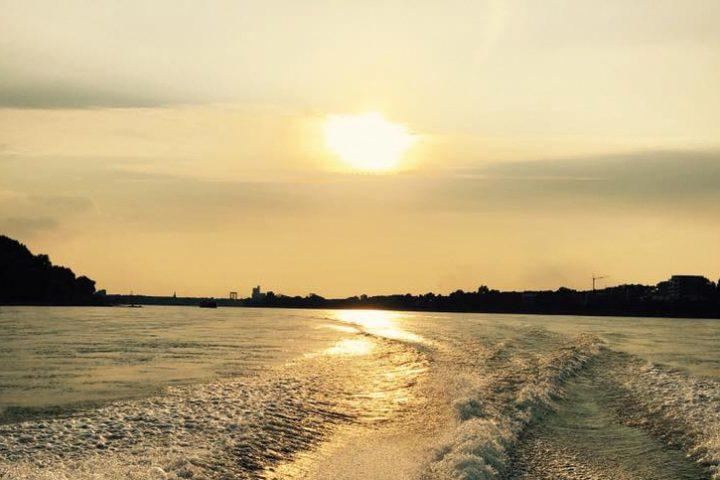 Sonnenuntergang auf dem Rhein. Aufnahme für Bootsfahrt Köln.