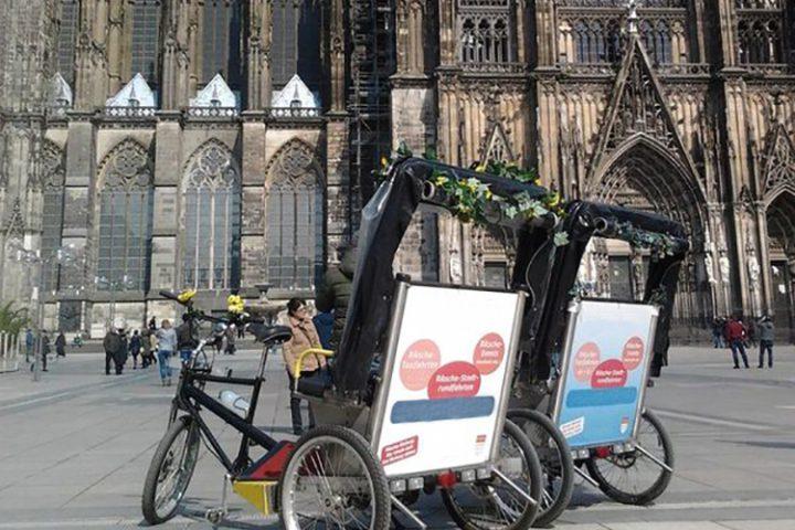 Zwei Fahrradrikschas vor dem Kölner Dom. Bild für Rikscha Köln.